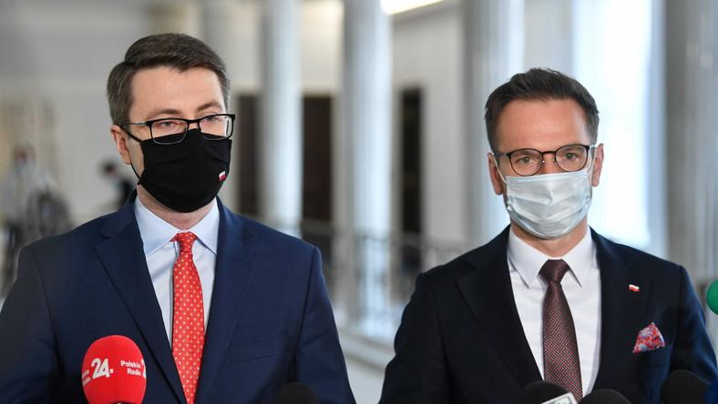 Rzecznik rządu Piotr Mueller (L) oraz wiceminister funduszy i polityki regionalnej Waldemar Buda (P)