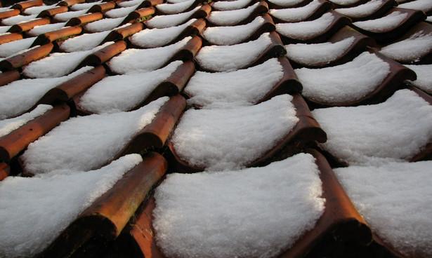 W okresie zimowym zarządcy nieruchomości i przedsiębiorcy muszą usuwać nadmiar śniegu z dachu