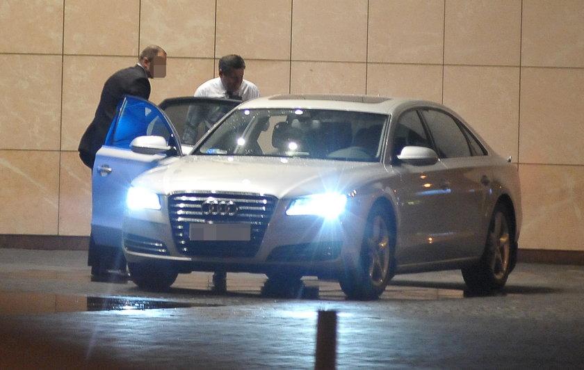 Wicepremier wsiada do swojej luksusowej limuzyny