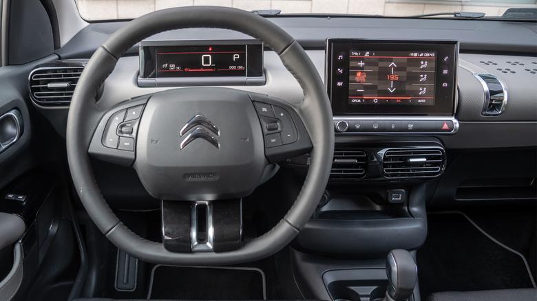 Deska rozdzielcza w podstawowejwersji ma szary kolor. W autachwyposażonych w pakiet kolorystyczny pojawiają się czerwonelub białe paski dekoracyjne, zmienia się też kolor wykończenia.