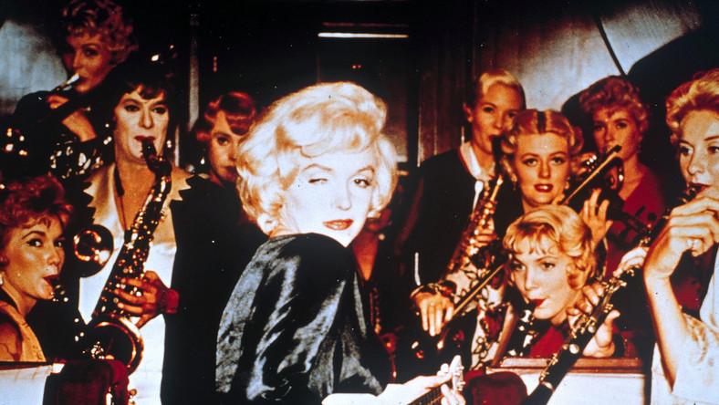 """Główne role mieli zagrać m.in. Jerry Lewis, Frank Sinatra, Elizabeth Taylor albo Audrey Hepburn. Kiedy już zdecydowano się na Marilyn Monroe, ta nalegała, by obraz był kręcony w kolorze. Jeszcze dzień przed zdjęciami w scenariuszu nie było ostatniej, najsłynniejszej kwestii filmu. Już na planie dochodziło do wielu kłótni, głównie ze względu na nieprzygotowanie Monroe, która nie pamiętała swoich kwestii i często musiała czytać z kartek umieszczonych za kamerą. """"Pół żartem, pół serio"""" udało się jednak nakręcić i film stał się jednym z najważniejszych w historii kina."""