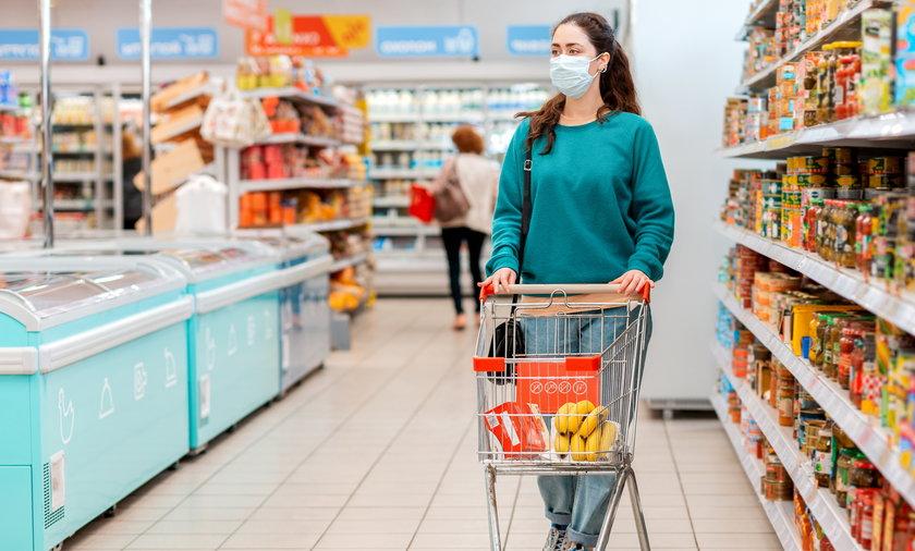 Sposób na zdrowsze zakupy? Unikaj słodyczy wyłożonych przy kasach. Naukowcy dowiedli, że ta sztuczka na nas działa i często wrzucamy je do koszyka.