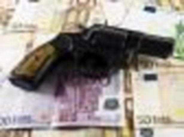 Cypryjskie banki wciąż odmawiają kooperacji z międzynarodowymi organami ścigania, zasłaniając się tajemnicą bankową, na wyspie ciągle można rejestrować firmy krzaki posiadające tylko skrytkę pocztową, a niskie podatki nadal zachęcają do uciekania tam przed fiskusem.