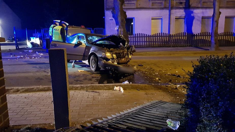Wypadek mercedesa w Deszcznie