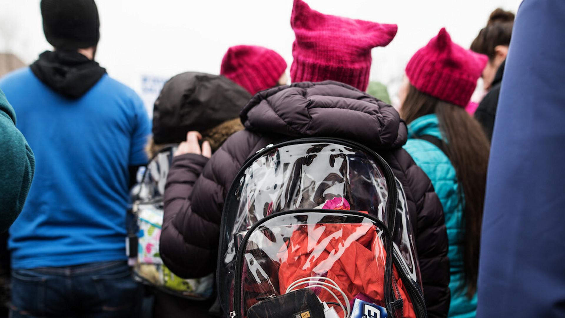 66f86694e9 Po streľbe v školách majú študenti nosiť priehľadné ruksaky