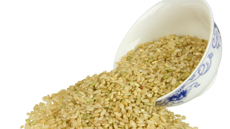 Biały ryż to tak naprawdę jedynie bielmo - największa część ziarna, ale zawierająca najmniej wartości odżywczych. Natomiast ryż brązowy pozbawiony jest jedynie najbardziej zewnętrznej, niejadalnej warstwy i pozostaje całym pełnoziarnistym ziarnem ze wszystkimi cennymi składnikami