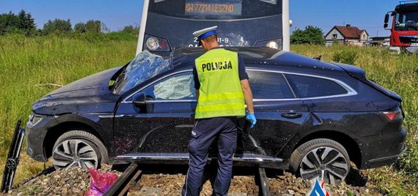 Tragiczny wypadek na przejeździe. Auto wjechało prosto pod szynobus