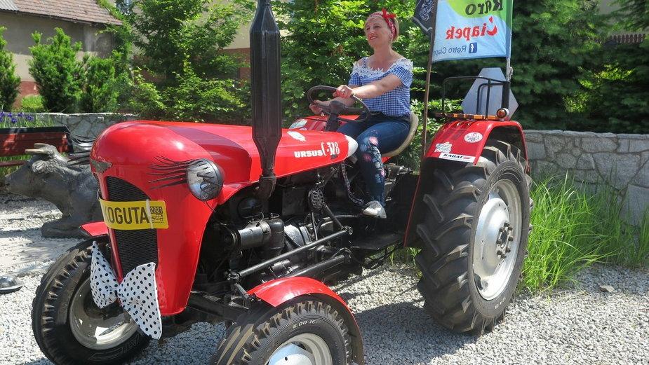 Milena na swoim traktorze