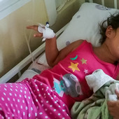 JEZIVO TROVANJE U VRTIĆU Devojčica koja je nemarom vaspitača popila asepsol umesto vode i dalje na infuziji, majka najavljuje tužbu