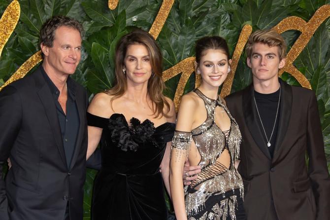 Sindi sa suprugom i decom na dodeli Britanskih modnih nagrada 2018. u Londonu