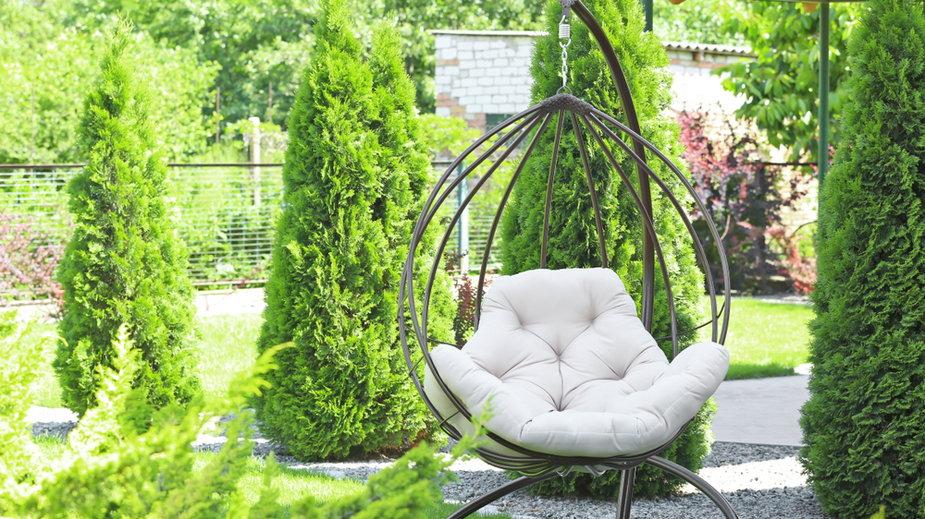 Wiszące fotele do ogrodu to najmodniejszy mebel na taras. Dodają przestrzeni stylu