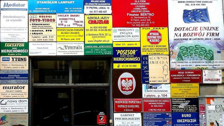 """Oprócz jurorów, głos na swojego faworyta mogli oddać użytkownicy portalu Facebook. W głosowaniu internetowym zwycięzcą okazał się budynek usługowy w Kielcach przy ulicy Sienkiewicza. Zdjęcie budynku nadesłane przez Joannę szybko zrobiło furorę i doczekało się miana """"Ściany płaczu"""", a zasłonięty chaotycznymi tablicami obiekt zyskał przezwisko """"Tetris"""". Zaszczytne drugie miejsce zajął Kraków i trasa wylotowa biegnąca ulicą Josepha Conrada, która wyglądem łudząco przypomina miasta Ameryki Łacińskiej. Mateusz Rejmer, autor zdjęcia zwraca uwagę, że chaos wizualny wzdłuż drogi w zasadzie uniemożliwia dostrzeżenie drogowskazów i znaków drogowych, przez co stwarza niebezpieczeństwo w ruchu drogowym."""