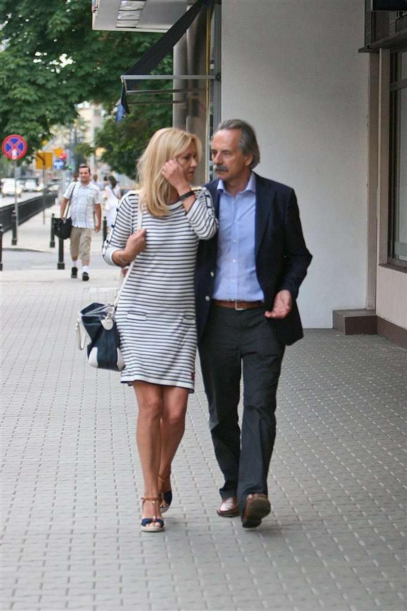 Grażyna Torbicka z mężem. Na leżakach