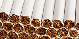 Zobaczył umierającą żonę na paczce papierosów! Chce wielkiego odszkodowania