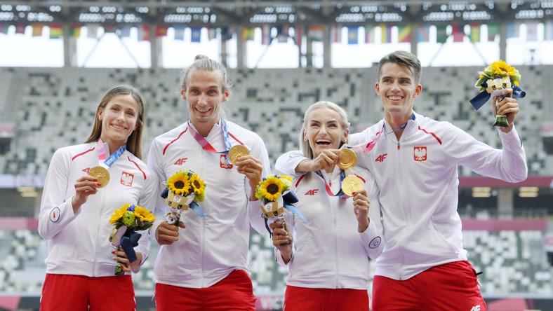 Polska sztafeta mieszana 4x400 m podczas ceremonii medalowej w Tokio