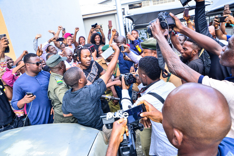 Even the efforts of the security operatives could not deter the teaming supporters who wanted to catch a glimpse and escort Naira Marley into the courtroom [PULSE]