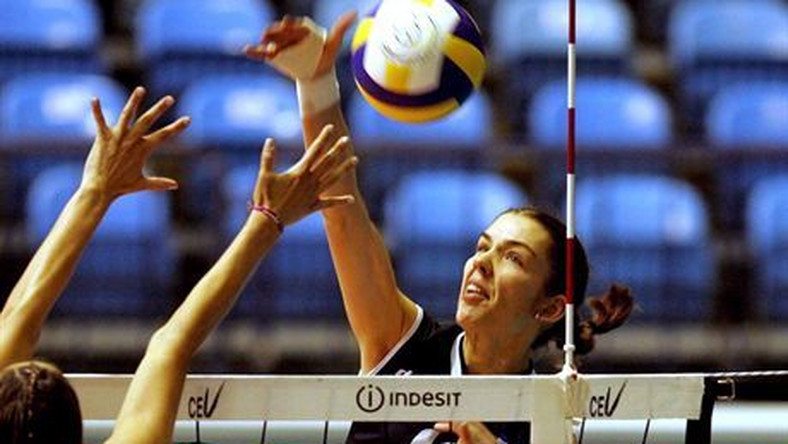 epa00535526 Anja Spasojevic (R) of Serbia and Montenegro shoots the ball over Izabela Belcik (L) of Poland during their Women's European Championship volleyball match in Zagreb on Thursday 22 September 2005.  EPA/ANTONIO BATDostawca: PAP/EPA.