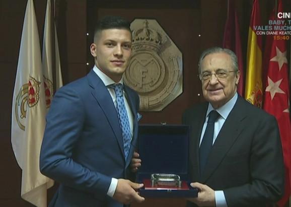 Jović i Perez posle potpisivanja ugovora