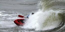 Pływa kajakiem po morzu podczas sztormu