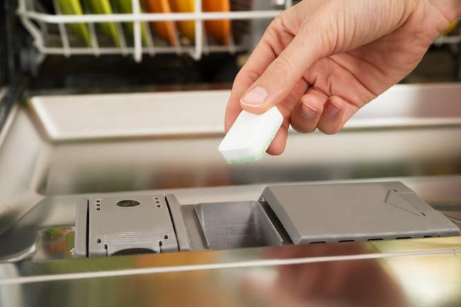 Trik je u tabletama za mašinsko pranje posuđa