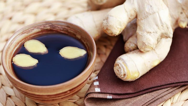 Imbir używany jest do celów leczniczych i jako przyprawa od przynajmniej 5000 lat. Możesz dodawać go do potraw lub herbaty. Ma dość mocny smak, więc trzeba stosować go z umiarem