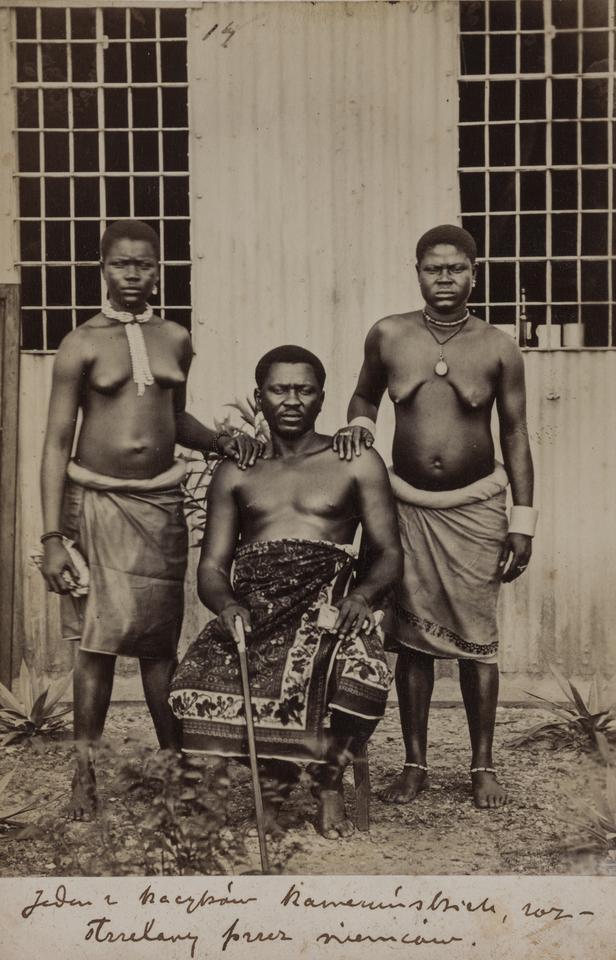 Stefan Szolc-Rogoziński (1861–1896), Trzy postaci murzyńskie z Kamerunu, 1883, odbitka fotograficzna albuminowa, papier, karton ozdobny, fot. MNK
