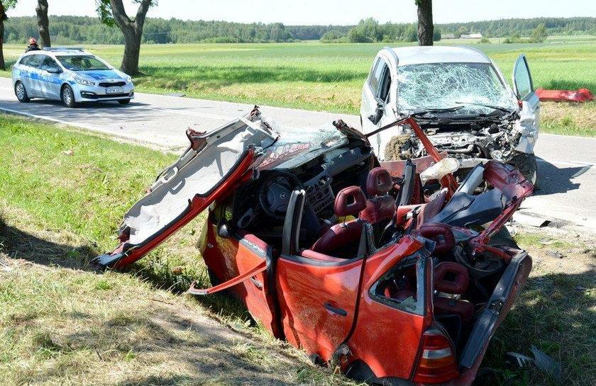 Auto z impetem uderzyło w drzewo
