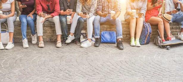 66 proc. przyznało, że w ich szkołach istnieje już całkowity zakaz używania komórek. 27 proc. – że zakazu nie ma, ale… najprawdopodobniej wkrótce się pojawi. Bo zdecydowana większość nauczycieli i dyrektorów jest za jego wprowadzeniem. A 88,5 proc. – za ograniczeniami w korzystaniu z telefonów.