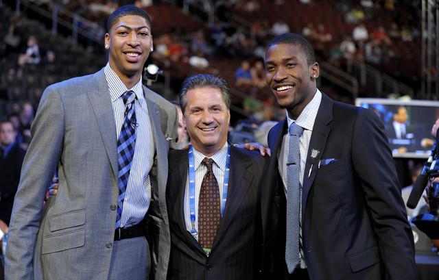 Džon Kalipari na NBA draftu 2012. godine, u društvu svojih pulena, prvog i drugog pika na tom draftu, Entonija Dejvisa i Majkla Kida Gilkrista