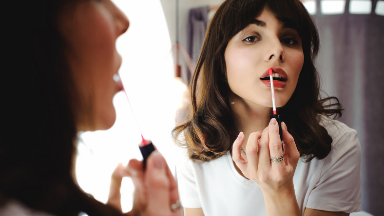 Marzysz o pełnych ustach? Wypróbuj te triki makijażowe.