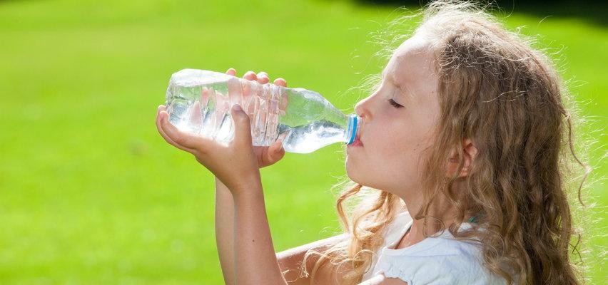 Takich butelek nie podawaj dziecku w upał! To może być niebezpieczne