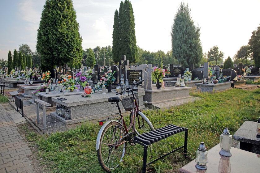 Wciąż drogo na cmentarzu w Brzezinach