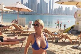 U TOPLESU Seksi pevačica se sunča daleko od Srbije, a na plaži je bez blama skinula gornji deo kupaćeg