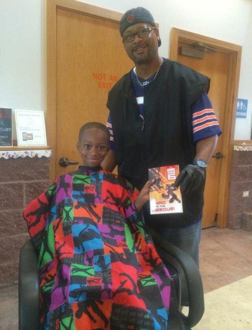 Fryzjer obcina za darmo dzieci, które mu czytają