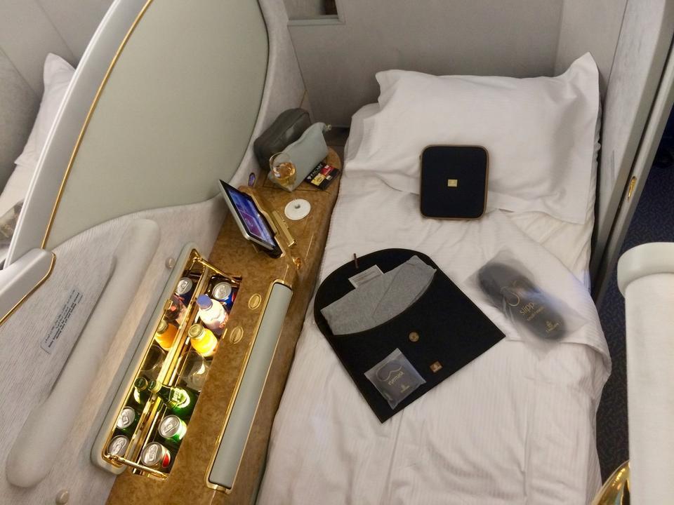 Pasażer może przespać lot na wygodnym łóżku. Czeka na niego m.in. kosmetyczka, kapcie, pościel i piżama