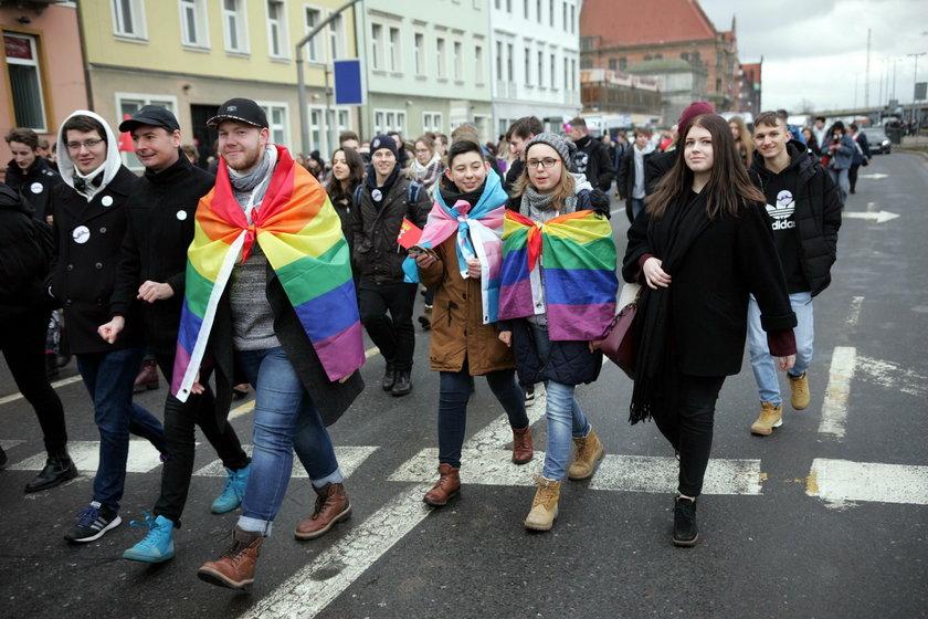 Gdańsk, 6 lutego. Młodzi ponad podziałami w marszu przeciwko nienawiści przeszli od Dworu Artusa pod pomnik Poległych Stoczniowców