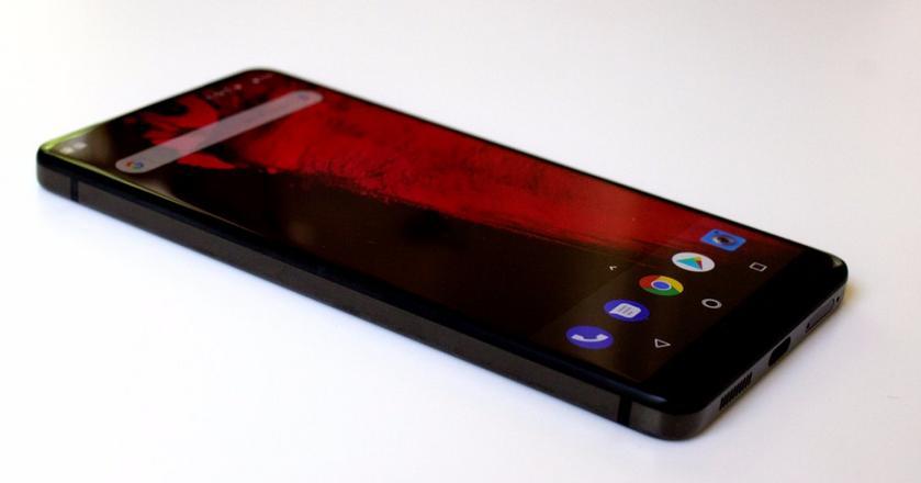 Essential Phone jest piękny i świetnie radzi sobie z codziennymi zadaniami. Smartfon wytrzymał nawet półtora dnia na jednym ładowaniu