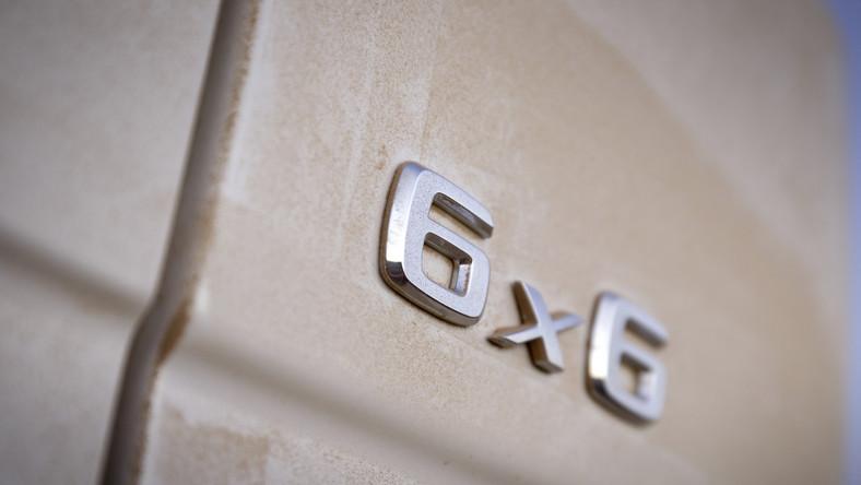 Mercedes klasy G to dzielny samochód terenowy, który narodził się w 1979 roku. Do tej pory przeszedł kilkanaście modyfikacji, ale wygląd pozostał niemal niezmieniony. Teraz ludzie z Mercedesa razem z inżynierami z AMG zaprezentowali nowy pomysł na kanciastą bryłę słynnej gelendy. Auto powinno zadowolić niejednego szejka, a gdyby trafiło do wojska też najpewniej sprawiłoby się na medal…