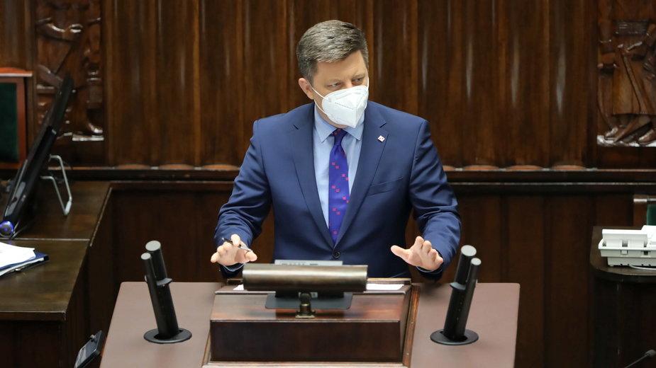 Szef KPRM Michał Dworczyk na sali obrad Sejmu w Warszawie