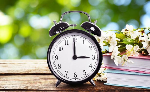Oprócz odpoczynku dobowego pracownikowi, także pracującemu zdalnie, przysługuje w każdym tygodniu prawo do co najmniej 35 godzin nieprzerwanego odpoczynku obejmującego co najmniej 11 godzin odpoczynku dobowego