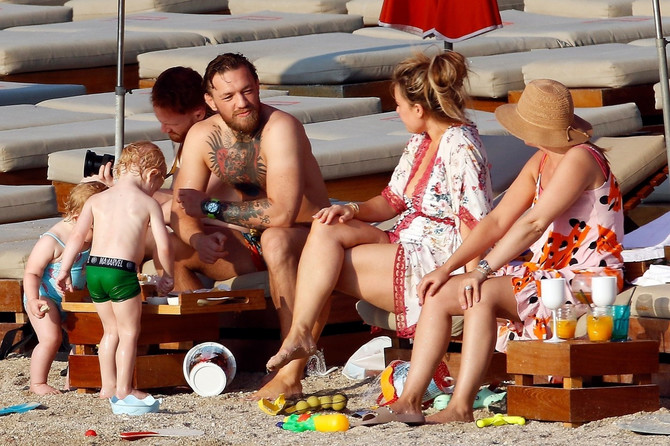 Poznati par na plaži