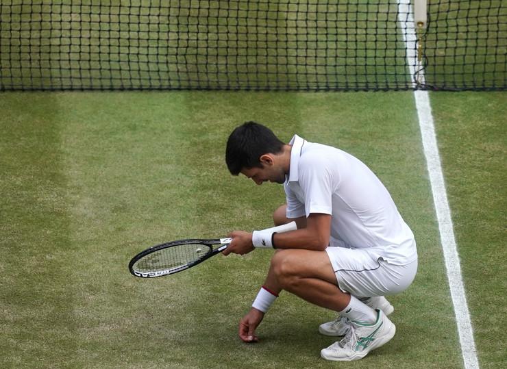 Novak jede travu foto EPA WILL OLIVER (1)