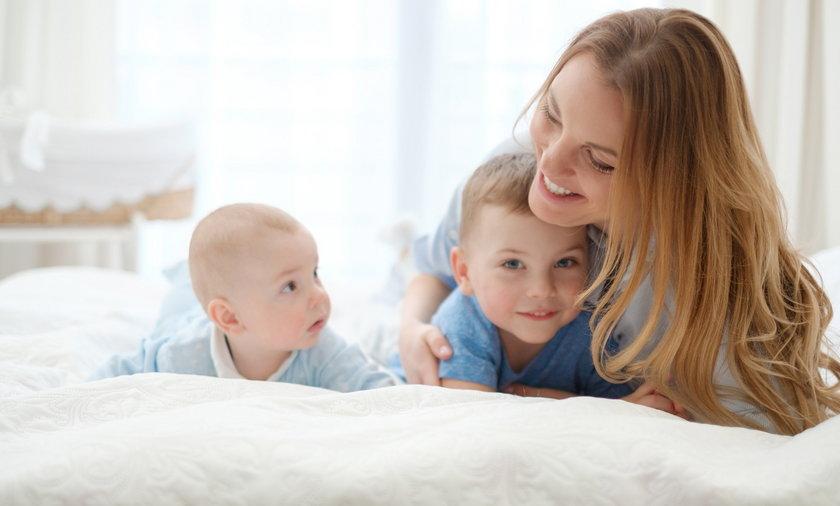 Samotni rodzice nie będą dyskryminowani. Po publikacji Faktu resort zmienia przepisy.