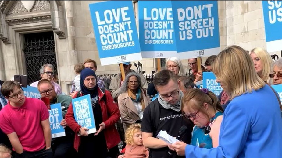 Heidi Crowter przemawia przed budynkiem sądu w Londynie
