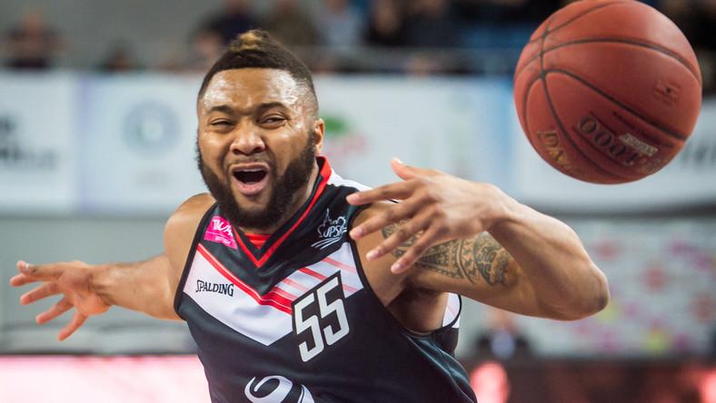 William Franklin z Czarnych przy piłce podczas meczu Tauron Basket Ligi Anwil Włocławek - Energa Czarni Słupsk