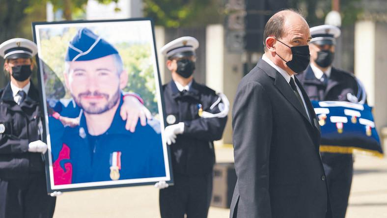 Premier Jean Castex podczas uroczystości ku czci policjanta Érica Massona, który zginął w obławie antynarkotykowej