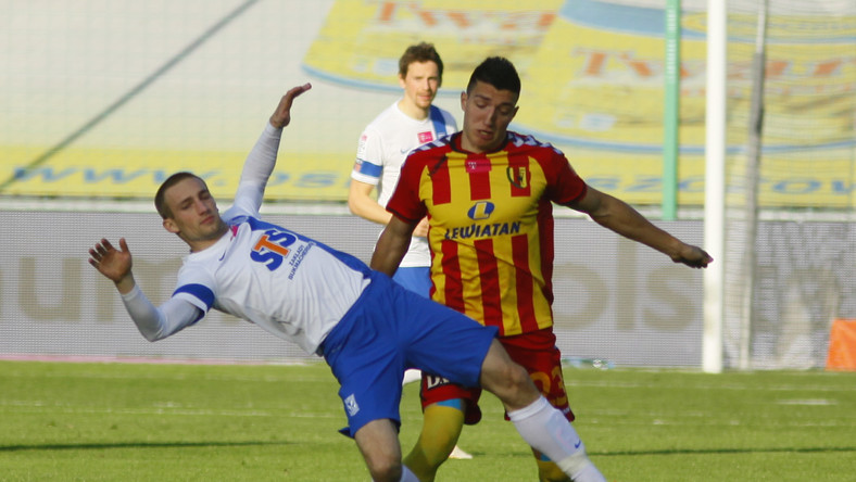 W pojedynku o piłkę Vanja Markovic (P) z miejscowej Korony i Szymon Pawłowski (L) z Lecha Poznań w meczu T-Mobile Ekstraklasy