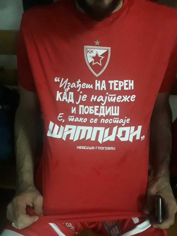 Šampionska majica košarkaša Crvene zvezde sa citatom lika koji tumači Nebojša Glogovac