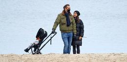 Marta Kaczyńska z mężem wybrali się na romantyczny spacer wśród złotych liści. Jesienne kurtki nie przeszkadzają im w czułościach