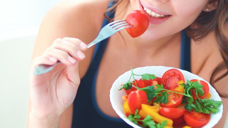 Kobieta je warzywa